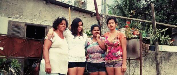 Jane Nascimento e suas filhas no dia da remoção (1 de agosto de 2015)