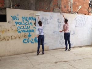 Pintando sobre grafites hostis