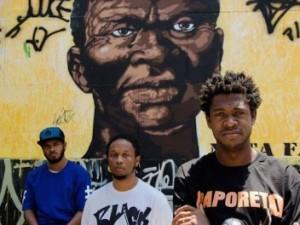 Antiéticos em frente a um mural