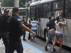 Moradores de Copacabana agridem jovens que estavam num ônibus que seguia para a Zona Norte. Foto: Marcelo Carnaval / Ag. Globo