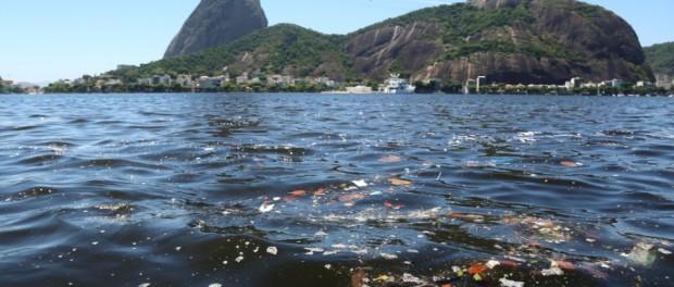 A Baía de Guanabara é a fronteira leste do município do Rio de Janeiro (destacado em vermelho).