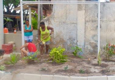 Moradores restaurando o jardim na nova entrada para a Vila Autódromo.