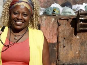 Cleusa de Cruz Florenço organiza projeto comunitário de conscientização sobre o lixo. Foto de Felipe Hanower /  O Globo