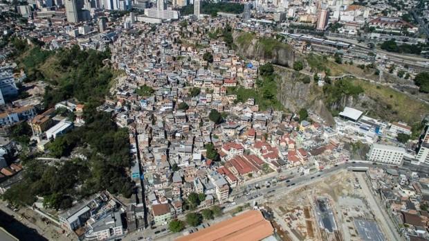 O destino do Morro da Providência, favela 118 anos de idade, no Rio de Janeiro, permanece incerto como os esforços para reconstruir o Porto Maravilha tenham efeito. (A Iniciativa Megacity)
