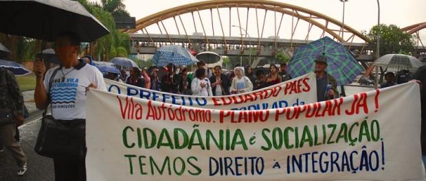 Manifestantes em frente à prefeitura demandam a integração da Vila Autódromo