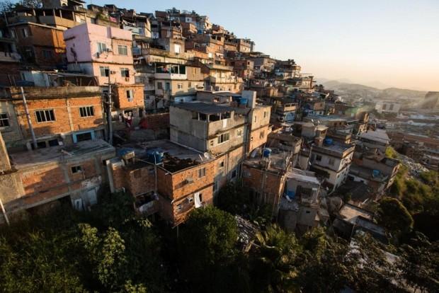 Morro da Providência não tem acesso a muitos serviços municipais básicos dentro Rio de Janeiro. O único investimento em infraestrutura recente substancial ostensivamente servir as necessidades da Providência é um teleférico agora amplamente visto como uma novidade para os turistas. (A Iniciativa Megacity
