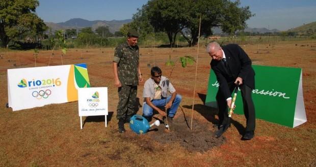 Fábio Starling, gerente de relações institucionais Rio 2016, plantou no Bosque Olímpico, no Dia Mundial do Meio Ambiente em junho de 2009, para demonstrar os compromissos de sustentabilidade do Rio Olímpico.