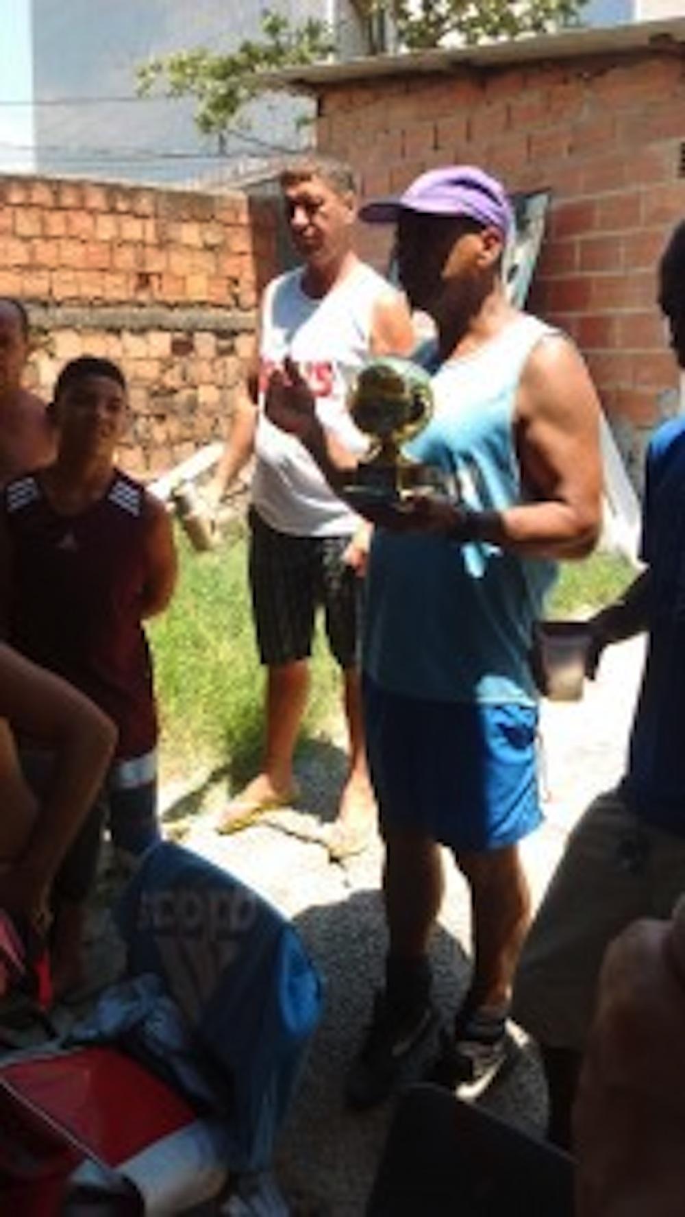 Luiz Claudio Silva entregando o troféu