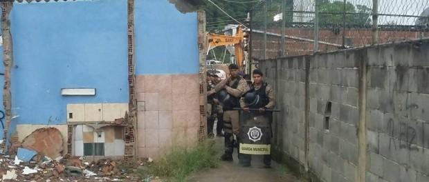 Guardas bloqueiam o acesso para realizar as demolições. Foto da página da Vila Autódromo no Facebook