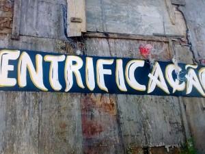 Gentrificação: Faixa no Santa Marta