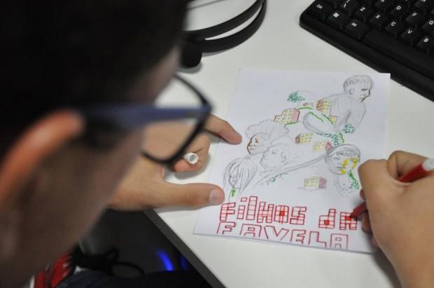 Workshop de fanzine que encoraja os participantes a criarem sua própria revista em quadrinhos. Foto de João Lima