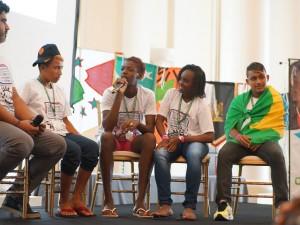 Ex-crianças de rua perguntam aos representantes do Conselho Nacional dos Direitos da Criança e do Adolescente sobre os esforços do governo para defender os direitos das crianças de rua.