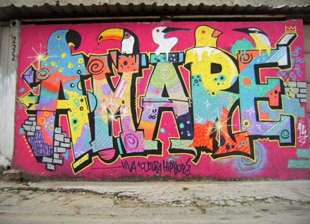 Grafite com o jogo de palavras AMARÉ. Foto por Andrea Cangialosi