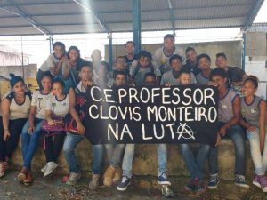 Os alunos da escola Clovis posam com um cartaz demonstrando seu apoio ao movimento de ocupação.