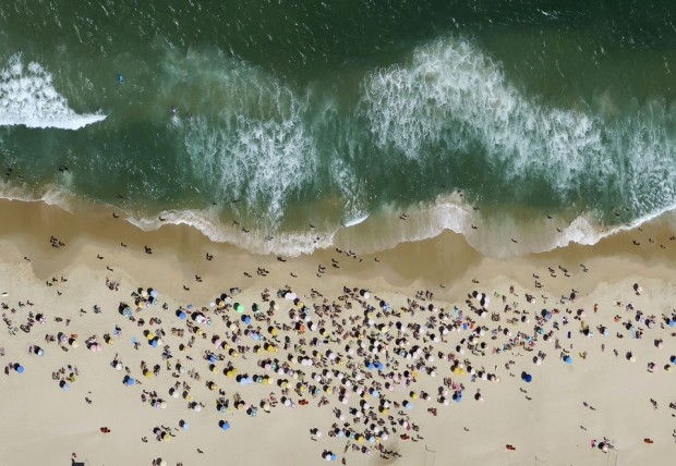 People enjoy the sunny weather at Ipanema beach in Rio de Janeiro, Brazil October 10, 2015. REUTERS/Pawel Kopczynski TPX IMAGES OF THE DAY - RTS3W30