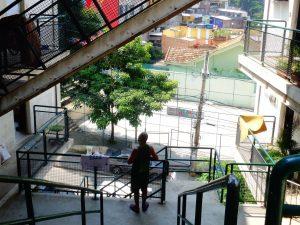 O morador João olha para sua casa desde quatro anos, que fica no o primeiro bloco de apartamento do Morar Carioca construído na Babilônia.