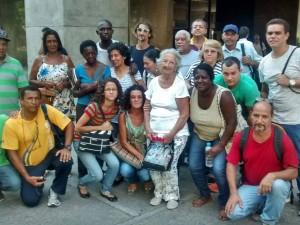Moradores do lado de fora da prefeitura no dia 28 de março