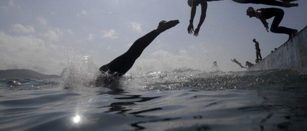 Competidores saltam nas águas de Copacabana na Maratona Internacional de Natação no Rio de Janeiro, Brasil 22 de agosto de 2015. A Maratona Internacional de Natação foi um evento teste para os Jogos Olímpicos Rio 2016. REUTERS / Ricardo Moraes