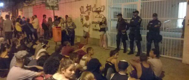 A Polícia Militar lá estava durante os ataques contra estudantes e mais tarde impediram que os alunos voltassem a entrar nas instalações.