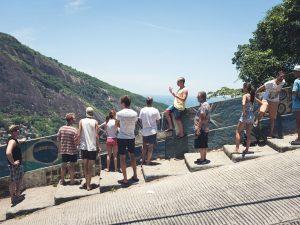Erik Martis guia um tour na Rocinha. Foto de Darko Boscovik
