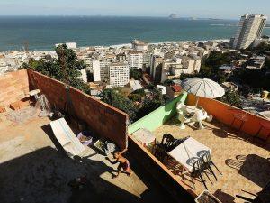 Favela Babilônia acima da praia de Copacabana, uma das áreas mais cobiçadas do Rio de Janeiro. Fotografia: Mario Tama / Getty