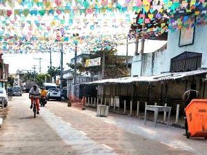 Pedestre, objetos e veículos dividem pista compartilhada na Rua Principal. Foto: porThaís Cavalcante