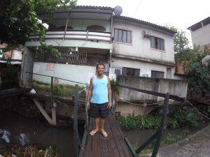 Daniel Ferreira Campos do lado de fora da sua casa na Vila União