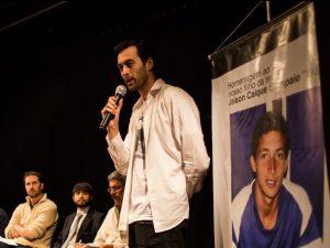Davi Paiva fala na audiência pública ao lado de uma foto do morador falecido Jaison Caique Santos. Foto por Luis Felipe Marques