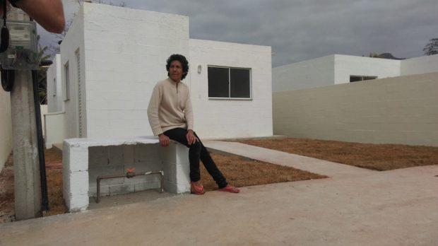 Maria da Penha em frente a nova casa