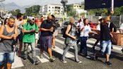 Manifestantes caminham na Estrada do Itararé no Complexo do Alemão.