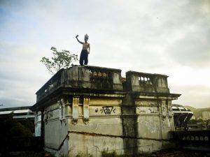 Um membro da ocupação Aldeia Maracanã no topo do antigo Museu Indígena. Foto por Mídia NINJA