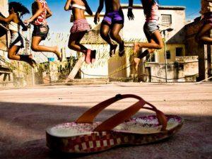 Crianças pulando corda no Jacarezinho. Foto po Léo Lima
