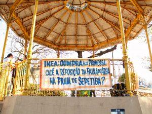 Faixa denunciando o INEA pendurada no coreto de Sepetiba.