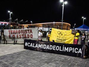 Faixas de protesto. Foto do Rio 2016 - Página dos Jogos de Exclusão no Facebook