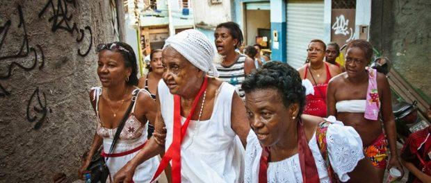 Tia Dorinha, em passeata para São Sebastião - Foto Léo Lima