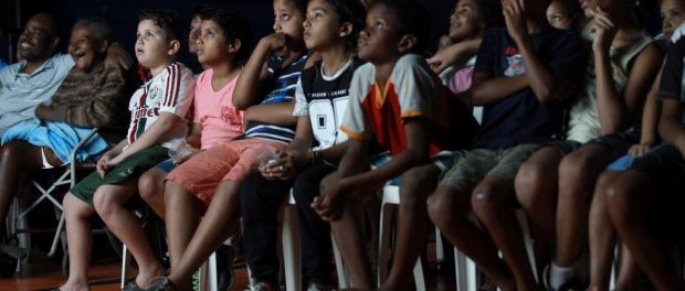 A emoção era palpável ao observar os membros da comunidade assistindo seus pares sendo apresentados e celebrados na tela.