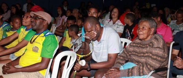 Sebastião, o treinador da equipe de badminton, cujo filho chegou à equipe olímpica brasileira, estava visivelmente comovido com o filme que descreve seu trabalho amoroso.