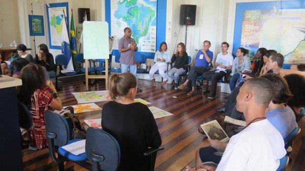 Irenaldo apresentando situação da comunidade Pica-Pau ao grupo