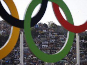 Os Anéis Olímpicos decoram o Maracanã para a cerimônia de abertura dos Jogos Olímpicos de 2016 no Rio. Imagem por Jae C. Hong / Press Association. Todos os direitos reservados.