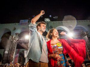 Freixo e sua companheira de chapa Luciana Boiteux comemoraram a chegada ao segundo turno das eleições para prefeito de 2016 na Lapa. Crédito da foto: Mídia Ninja