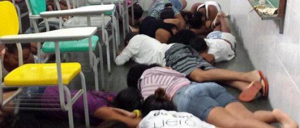 alunos-se-protegem-de-tiroteio-no-complexo-da-mare-original