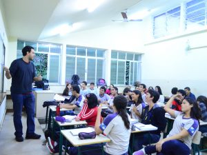 Professor dando aula em uma escola pública. Foto por Alessandra Coelho/PMRJ