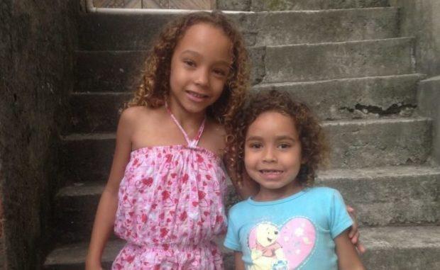 As filhas da Suzanna na entrada de casa