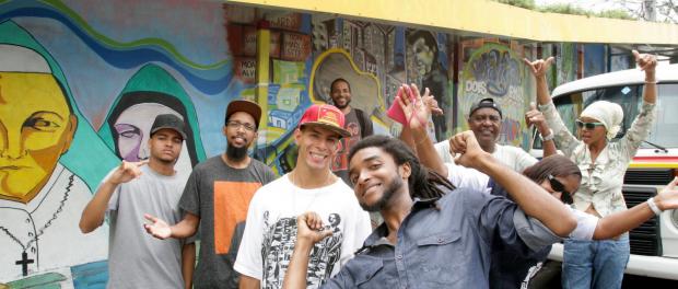 Os curadores Guto, no centro, e Graça, à extrema direita, com membros do coletivo