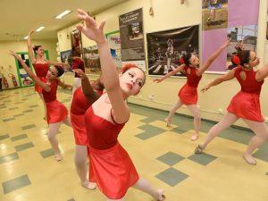 Foto de bailarinas do Ballet Manguinhos em uma exposição fotográfica na FioCruz
