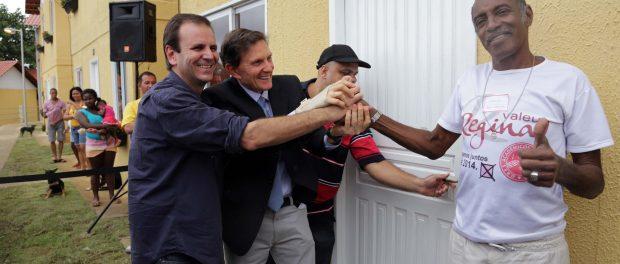 Paes e Crivella entregam casa no Morro do Salgueiro, na Zona Norte, em 2013. Foto: Ricardo Cassiano