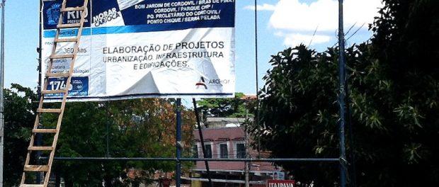 Cartaz que anunciava o Morar Carioca em favelas de Cordovil.
