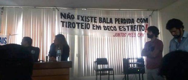 """""""Não existe bala perdida com tiroteio em beco estreito"""", dizia um dos banners levados pelo coletivo Juntos pelo Complexo."""