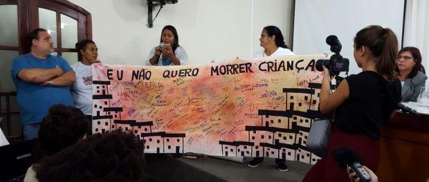 """Mariluce mostra trabalho feito pelas crianças do seu projeto social: """"Eu não quero morrer criança."""" Foto de RioRealBlog"""