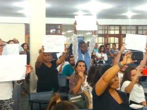 Moradores levantam cartazes pedindo o fim da violência.